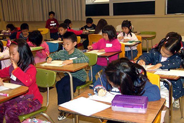 初级组硬笔书法比赛。(大纪元记者季媛摄)