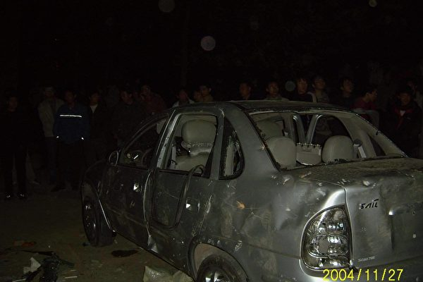四川大學憤怒的學生砸車(網民提供)