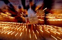 11月23日,印度非政府組織Shakti Vahini 的積極分子于世界愛滋病日,在首都新德里點燃蠟燭。法新社照片。