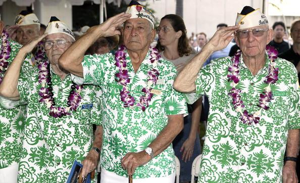 珍珠港事件生還者在63周年紀念儀式上對美國國旗行禮(Getty Images 2004-12-7)