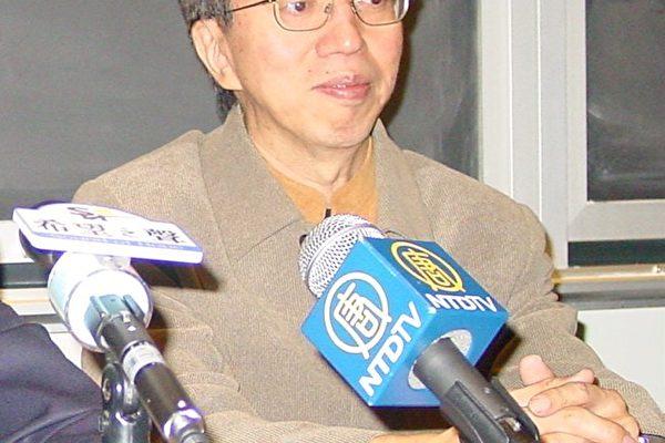 来自香港的重量级政论家苏赓哲博士介绍星岛日报变色的实例。(大纪元)