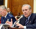 美国三军联合参谋长Gen. Richard Myers(左) 和国防部长Donald H. Rumsfeld 在国会山庄众议院三军部队委员会(Armed Services Committee)听证会上讨论国防财政2006年预算。(AFP Photo 2005-2-16)