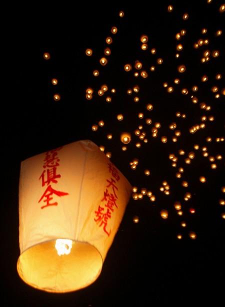 台北縣平溪天燈節在二十三日的晚會,吸引相當多的民眾參與,分別施放了十一波的天燈,總計約有一千八百多個天燈,在夜空點綴展現寒夜群山,千燈並起的風貌。(台北縣政府提供)