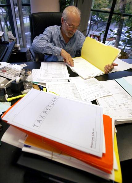 Brian Lynn,执业会计师,在准备各类税表 (Getty Images 2004-4-13)