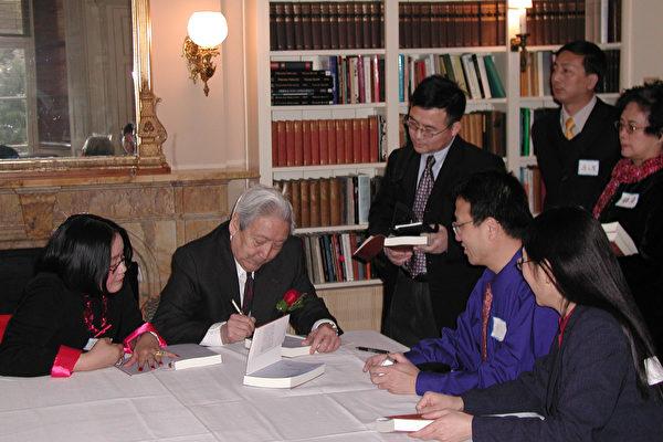 劉賓雁為《不死的流亡者》新書讀者簽名(大紀元)