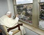 2005年3月6日,教宗若望保祿二世在醫院與民眾揮手致意。(圖片來源:Getty Images)