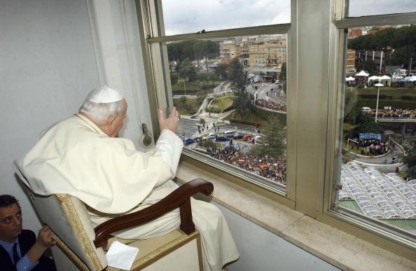 2005年3月6日,教宗若望保禄二世在医院与民众挥手致意。(图片来源:Getty Images)