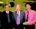 林建隆教授(右一)演講後與羅錦燦(中)、陳文彥(左一)合照(大紀元)