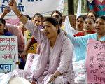 印度妇女争取权益 (AFP/Getty Images 2005-3-7)
