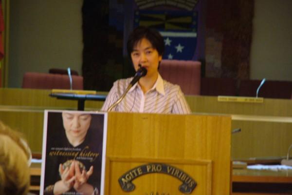 曾錚女士在新書發佈會上向與會者介紹了自己的心路歷程