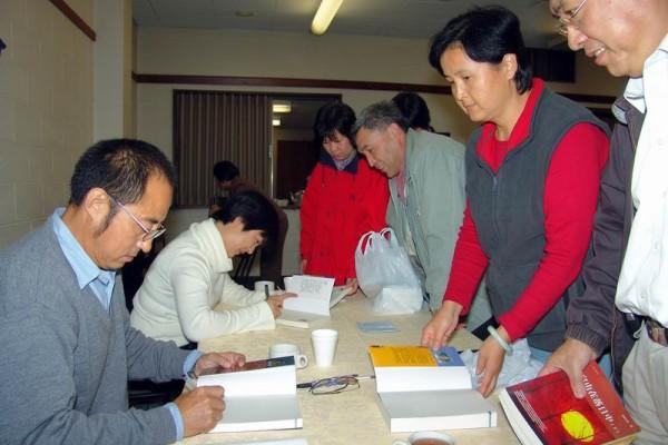 袁紅冰教授和曾錚女士在會後為讀者簽名。(大紀元)