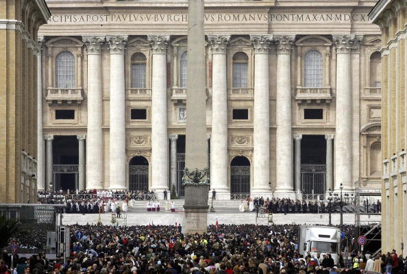 2005年4月3日,梵蒂冈圣伯多禄教堂前举行追思弥撒。(AFP