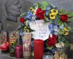 密西根州Hamtramck地區的一所教堂外,民眾以蠟燭和鮮花表達追思(圖片來源:AFP/Getty Images)