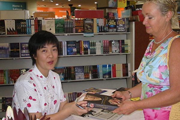阳光海岸 Angus & Robertson书店签书会(大纪元资料室)