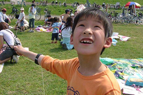 放风筝的快乐的新手孩子(大纪元)