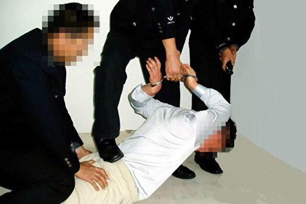 法轮功学员演示中国警察的酷刑——苏秦背剑(明慧网图片)