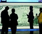北京一艺术展上参观者在观看一张50美元的美钞(STR/AFP/Getty)