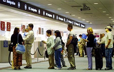 美国迈阿密机场等候入关 (Getty Images 2002-7-2)