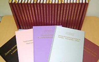由左而右依序为:俄文、法文、瑞典文、西班牙文、英文之九评烫金彩色精装本。(大纪元)