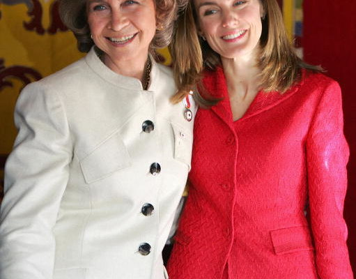 2004年10月26日,Spanish Queen Sofia (L) and Princess Letizia (R)AFP/Getty Images