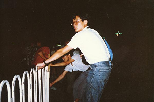 屠城當晚,6月3日晚上,陳清華和中國學生一起搬欄杆欄軍人。(陳清華提供)