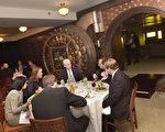纽约一由银行改装的餐馆内保险箱旁的用餐者(Getty Image)