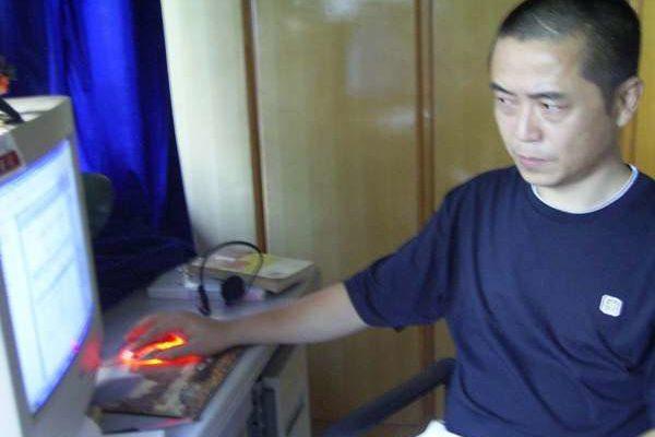 计算机前的黄琦:头部伤疤隐约可见 (博训网)