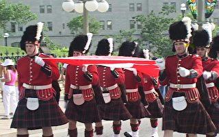 英國衛隊的註冊商標大禮帽,這種熊皮禮帽已有200年傳統。圖為去年7月1日加拿大國慶慶典游行- 8名抬國旗的皇家衛隊士兵(大紀元)