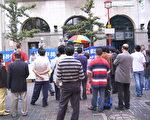 伦敦唐人街的退党服务中心宣传活动吸引很多华人。(大纪元)