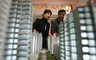 北京新建商品房交易情況低迷,圖為2004年12月民眾參觀北京的一個房地產市場。(CHINA OUT/Getty)