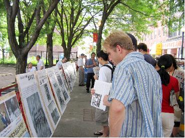 """题为""""中国共产党罪恶历史""""的图片在波士顿华埠小公园展出 <br /><figcaption class="""
