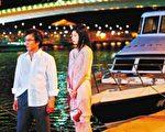 劉松仁(左)拍戲被何如芸推落淡水「漁人碼頭」。(華視提供)