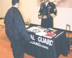 国民警卫队的募兵人员麦克‧华特森于去年秋天在瑞斯顿南湖高中招募志愿加入军方的学生。 (图片提供﹕Brian McNeill/The Connection)