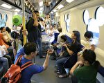 近4万名市民昨日趁假期试搭地铁迪士尼线。(大纪元记者吴琏宥摄)