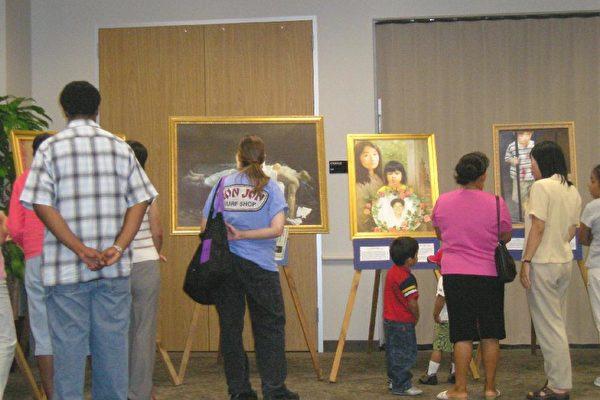 真善忍国际美展在德州著名的太空中心所在地明湖城的图书馆会议厅举行(大纪元)