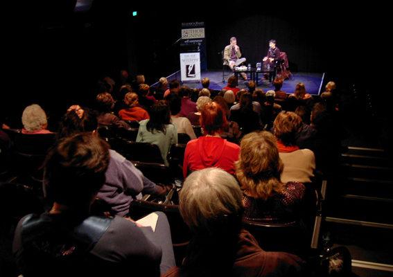 《時代報》資深專欄作家艾力森(Peter Ellingsen)與曾錚一起主持《靜水流深》研討會(大紀元)