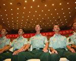 2005年7月29日,中國士兵正在廣州觀看八一建軍節文藝演出。1927年8月1日,中共在國民黨內發動暴動,成立了紅軍,後稱爲人民解放軍。每年這一天都被用來宣傳軍隊與百姓的良好關係,據說憑藉此關係中共才打敗了國民黨。(法新社)