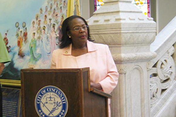 俄亥俄州议员Catherine Barrett女士讲话