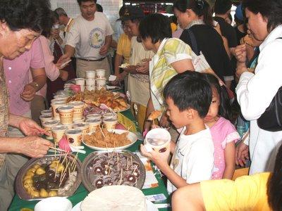 """台南知名地方美食商号支持台铁台南站""""希望树""""活动,提供赞助食品,广受旅客欢迎。(大纪元)"""