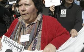 智利前独裁者屠杀异议分子案,受害者家属手举照片抗议 (AFP/Getty Images 2005-9-11)