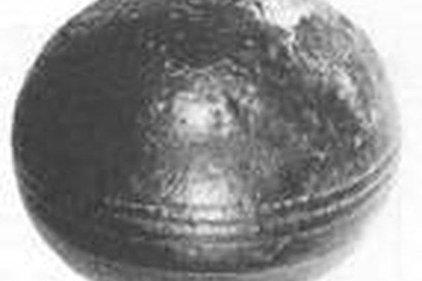 在南非的克莱克山坡一处有二十八亿年历史的地层中,发现几百个这类带有凹槽的金属球(图片提供:Roelf Marx)