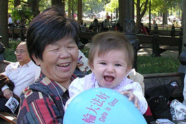 拿著氣球﹐快樂的祖孫倆兒。