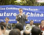 香港《九評》國際論壇因場地突然取消,臨時將改為在港麗酒店附近的香港公園露天空地如期舉行。加拿大國會議員羅伯特‧安德斯(Robert Anders)正在回答與會觀眾的提問。(大紀元記者許珀珩攝)