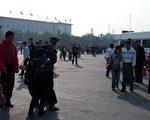 五中全会前夕﹐天安门广场警察拘捕抗议人士。 (大纪元)