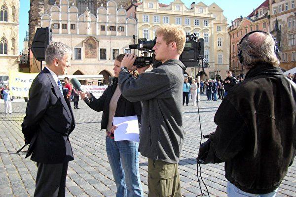 捷克国家利益电视台在声援近5百万勇士退出中共的集会现场进行采访 。退党游行为捷克电视台的新闻点﹐6百多万捷克观众观众在这个周六的晚间新闻中观看了关于欧洲声援五百万退党的游行集会。大纪元新闻图片。