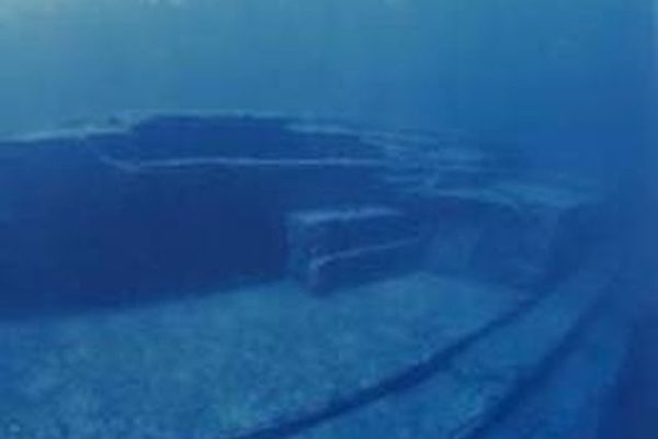 与那国岛海底遗迹中筑有阶梯的巨大平台(图片提供:木村政昭教授)