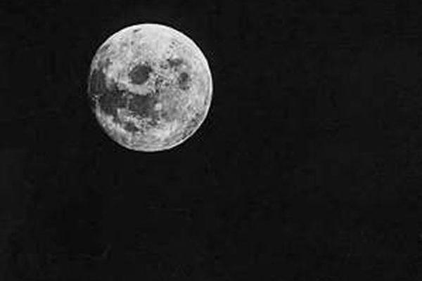 夜晚的天空悬挂着月亮,长久以来人们对它总有一份好奇与憧憬(图片提供:NASA)