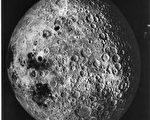 月球背对着我们的一面很粗糙,布满了陨石坑与环型山(图片提供:NASA)