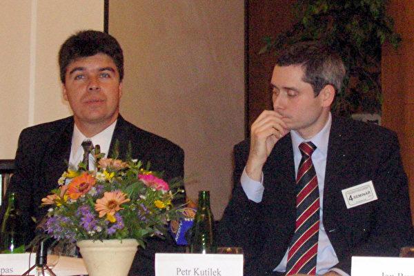 大纪元报代表斯蒂夫.易斯帕斯(左)(大纪元)