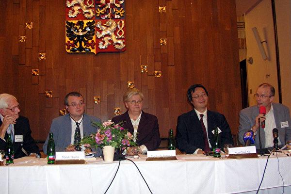 获奖记者彼德.斯瓦古里斯先生(右一)